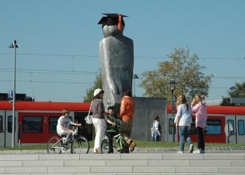 Skulptur Hösi am S-Bahnhof