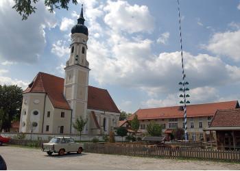 St. Peter Kirche und Anwesen Gasthof Inselkammer