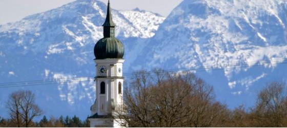 Kirchturm vor dem Gebirge