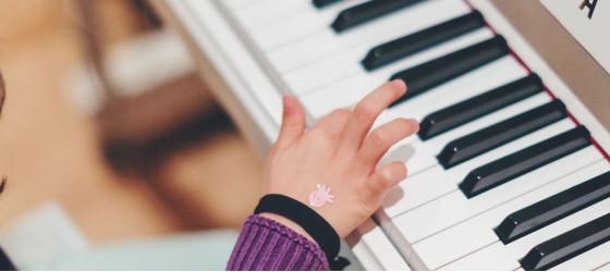 Kind spielt auf dem Piano