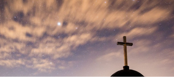Kirche mit imposantem Himmel